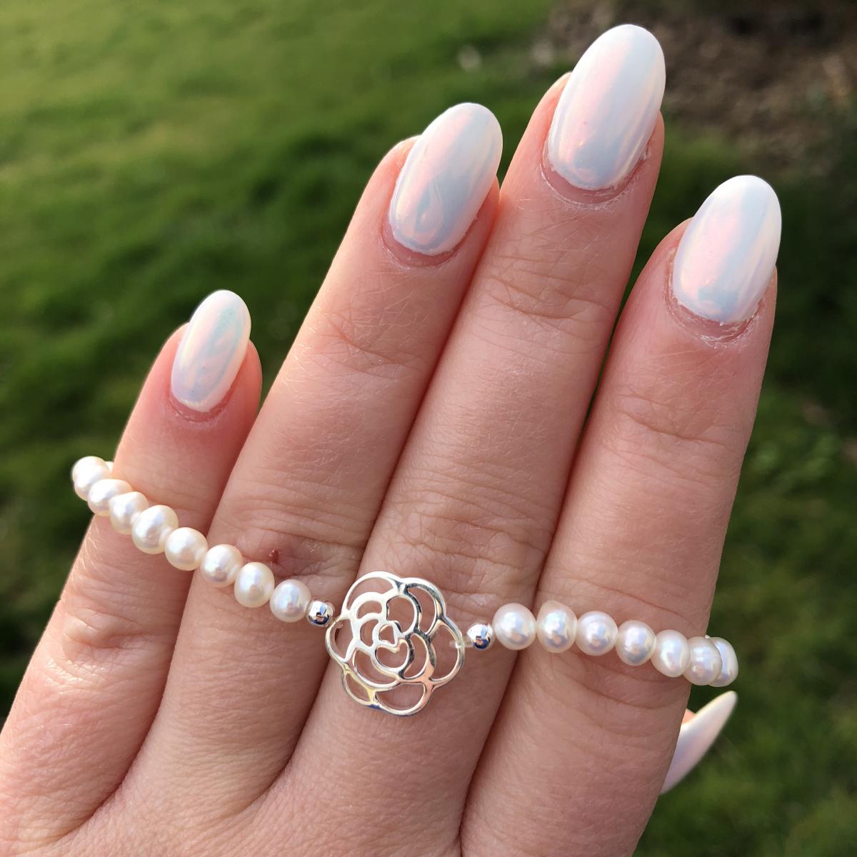 Perlový náramok z pravých riečnych perál s príveskom v tvare ruže