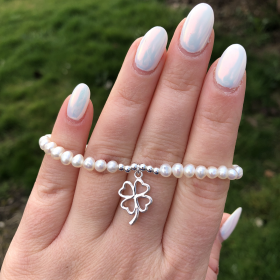Perlový náramok z pravých riečnych perál s príveskom v tvare štvorlístka