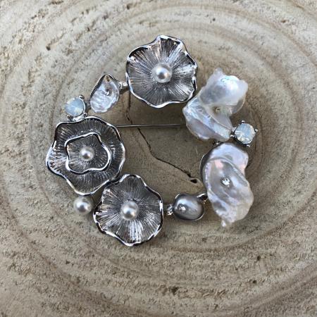 Brošňa biela s riečnymi perlami
