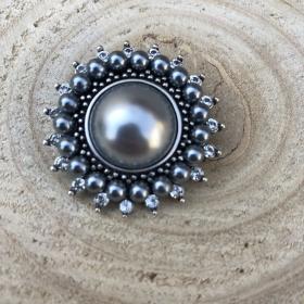 Brošňa gombík šedá