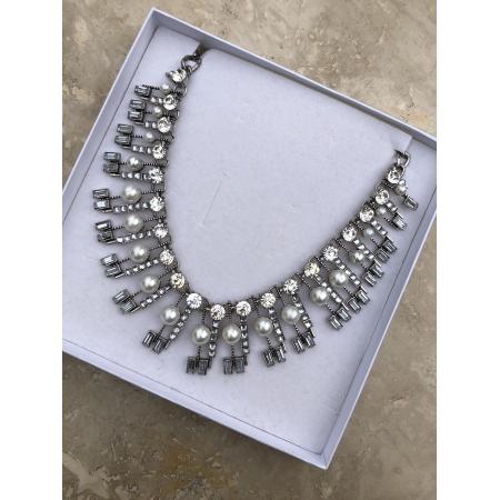 Náhrdelník antickým strieborným kovom zdobený s perlami a krištáľmi