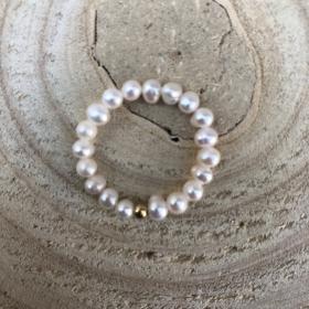 Prsteň s riečnymi bielymi perlami a zlatou guličkou