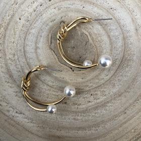 Náušnice polkruhy s bielymi perlami
