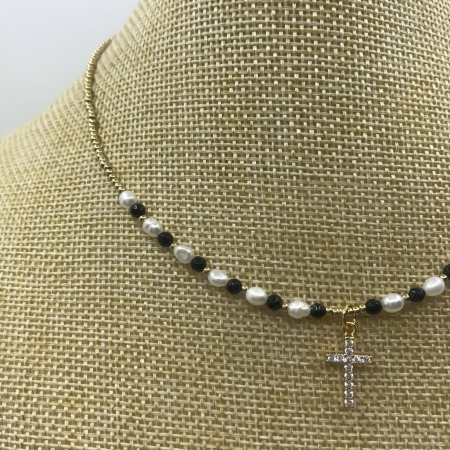 Náhrdelník čierno - biely z pravých riečnych perál s príveskom - visiaci krížik s krištáľmi