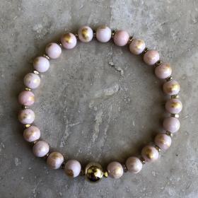 Náramok ružový z prírodných minerálov so zlatou guličkou