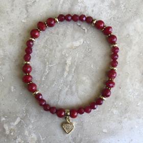 Náramok červený z prírodných minerálov brúseného červeného jadeitu s príveskom v tvare diamantu