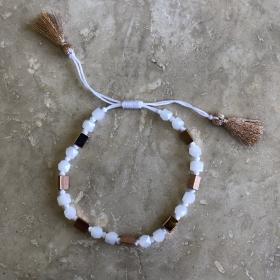 Náramok bielo - ružovo zlatý šnúrkový s brúseným krištáľom a kovovými korálkami