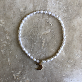 Náramok biely z pravých riečnych perál s príveskom v tvare polmesiaca