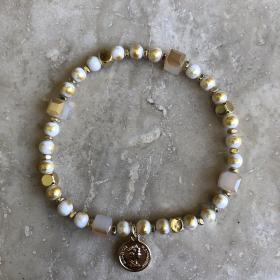 Náramok krémový z prírodných minerálov s príveskom zlatá minca