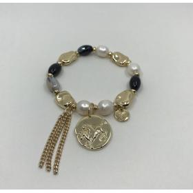 Náramok perlový čierno - biely s príveskom zlatá minca a strapce
