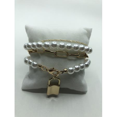 Náramok viacradový biely perlový so zlatým príveskom zámok